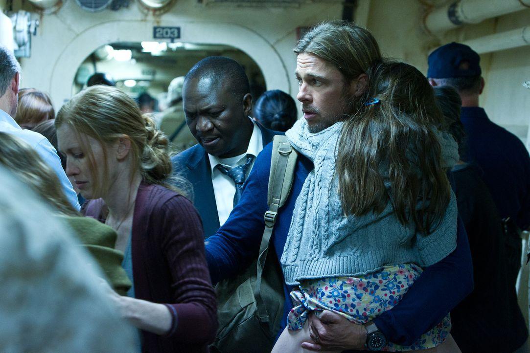 Gerry (Brad Pitt, r.) hat keine Wahl: Wenn seine Familie sicher auf dem Militärschiff bleiben soll, muss er versuchen, eine Heilung zu finden. Er wi... - Bildquelle: 2013 Paramount Pictures.  All Rights Reserved.