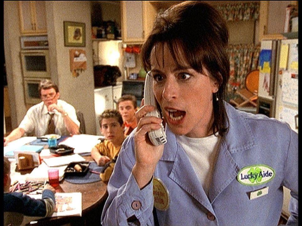 Lois (Jane Kaczmarek, r.) lässt am Telefon ihrem Ärger über einen vermeintlich nicht gerechtfertigten Strafzettel freien Lauf. - Bildquelle: TM +   2000 Twentieth Century Fox Film Corporation. All Rights Reserved.
