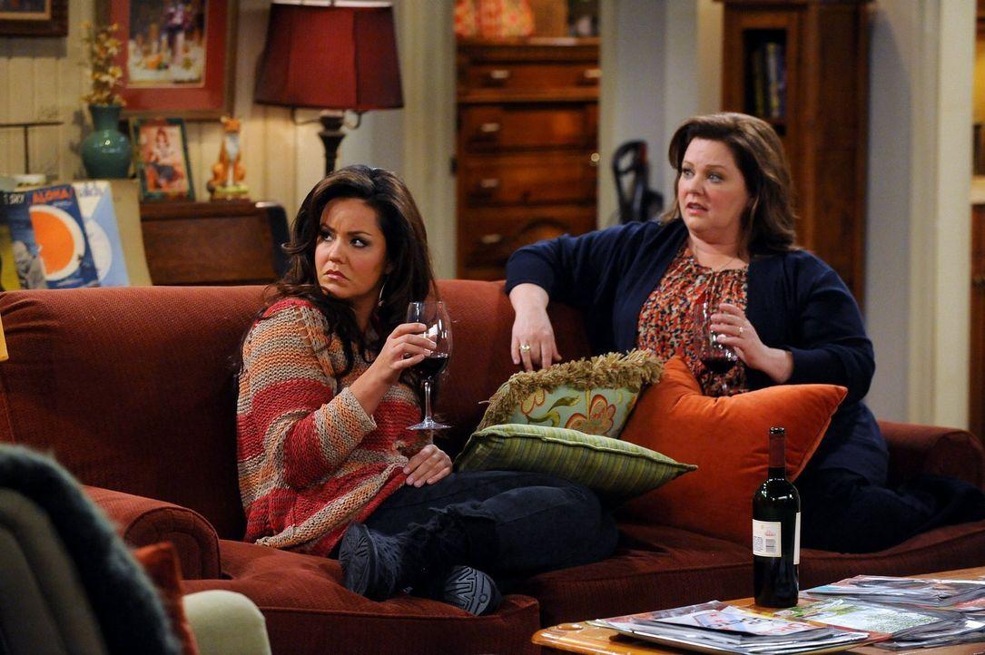 Können nicht fassen, dass ihre Mutter sich von Vince trennt: Molly (Melissa McCarthy, r.) und Victoria (Katy Mixon, l.) ... - Bildquelle: Warner Brothers