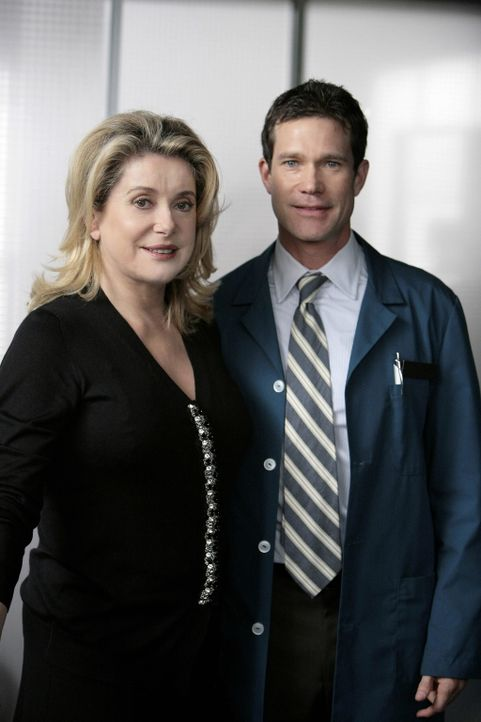 Seitdem Julia in New York ihr Glück versucht, leidet Sean (Dylan Walsh, r.) unter seiner Einsamkeit. Deshalb willigt er ein, die gefährliche Opera... - Bildquelle: TM and   2004 Warner Bros. Entertainment Inc. All Rights Reserved.
