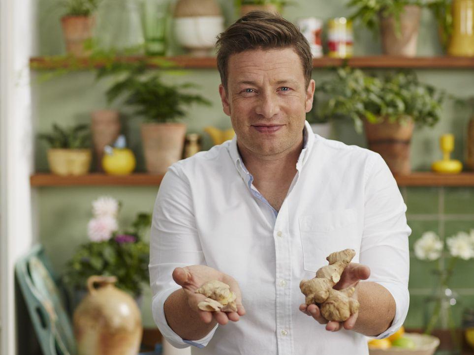 Jamie Oliver bereist die Orte mit der gesündesten Ernährungsweise und passt ganz genau auf, wenn ihm die Einheimischen ihre Tipps zur Zubereitung un... - Bildquelle: Matt Russell 2015 Jamie Oliver Enterprises Limited