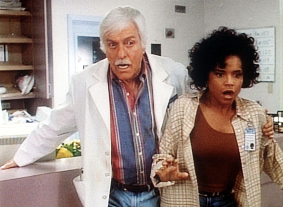 Amanda (Victoria Rowell, r.) und Mark (Dick Van Dyke, l.) überstehen tapfer das Erdbeben. - Bildquelle: Viacom
