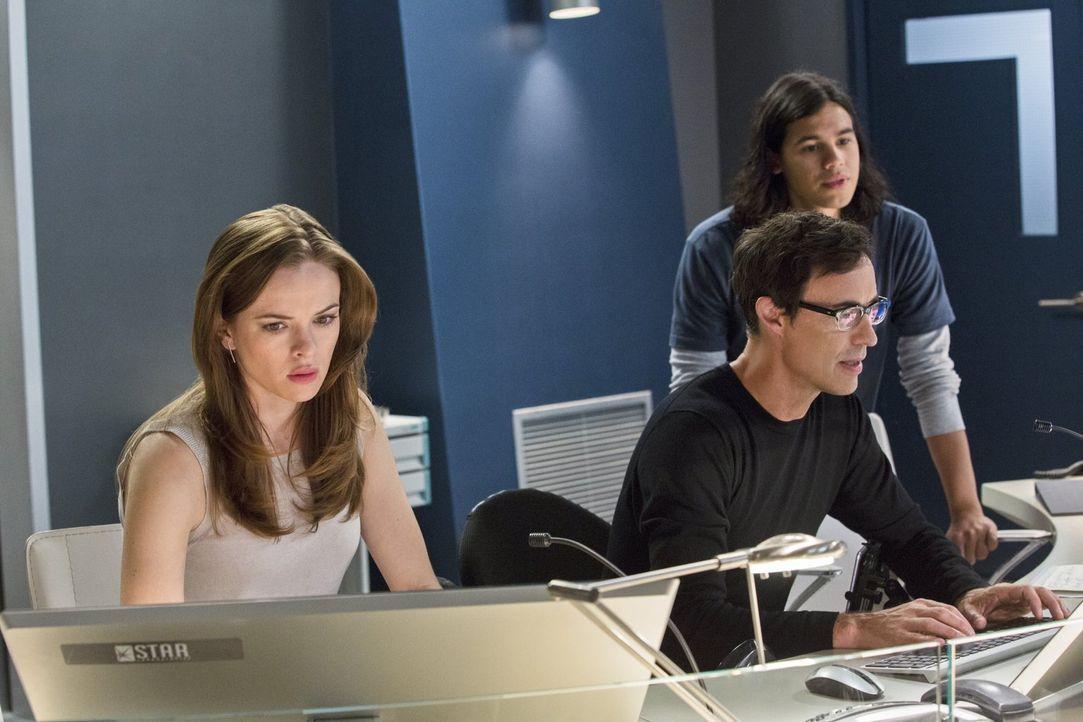 Versuchen gemeinsam mit Barry einen Schurken namens The Mist zu bekämpfen: Harison (Tom Cavanagh, M.), Cisco (Carlos Valdes, r.) und Caitlin (Daniel... - Bildquelle: Warner Brothers.