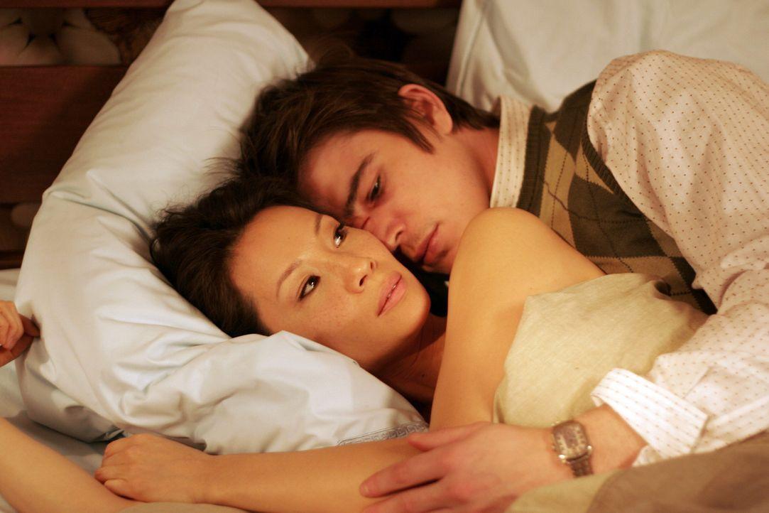 Einziger Pluspunkt in seinem momentan völlig aus den Fugen geratenes Leben ist für Slevin (Josh Hartnett, r.) die neue Nachbarin, die attraktive,... - Bildquelle: Metro-Goldwyn-Mayer (MGM)