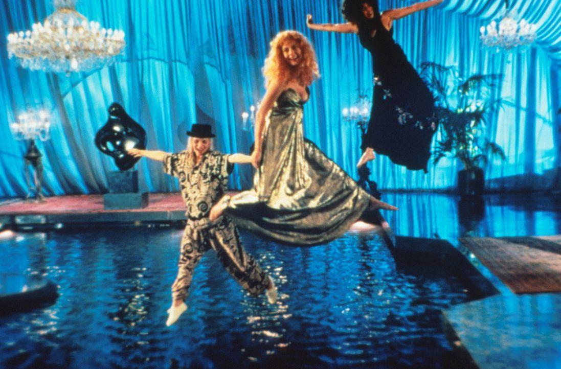 Noch genießen Alex (Cher, r.), Jane (Susan Sarandon, M.) und Sukie (Michelle Pfeiffer, l.) die wilden Partys in Daryls Villa ... - Bildquelle: Warner Bros.