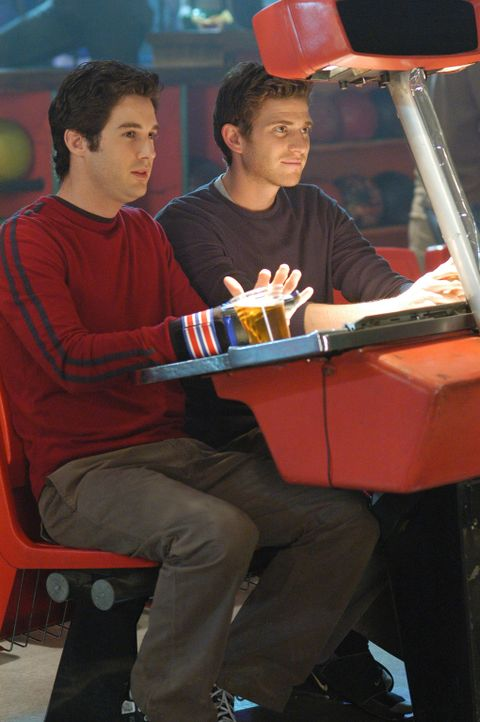 Ronny (Jonathan Murphy, l.) gaukelt Nick (Bryan Greenberg, r.) etwas vor, denn er hat nur Augen für Aubrey... - Bildquelle: ABC Studios