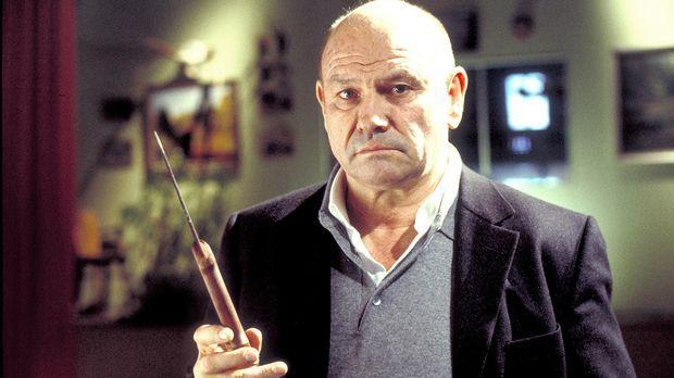Polizeipsychologe David Bornett (Klaus Löwitsch) befürchtet, den Täter in den...