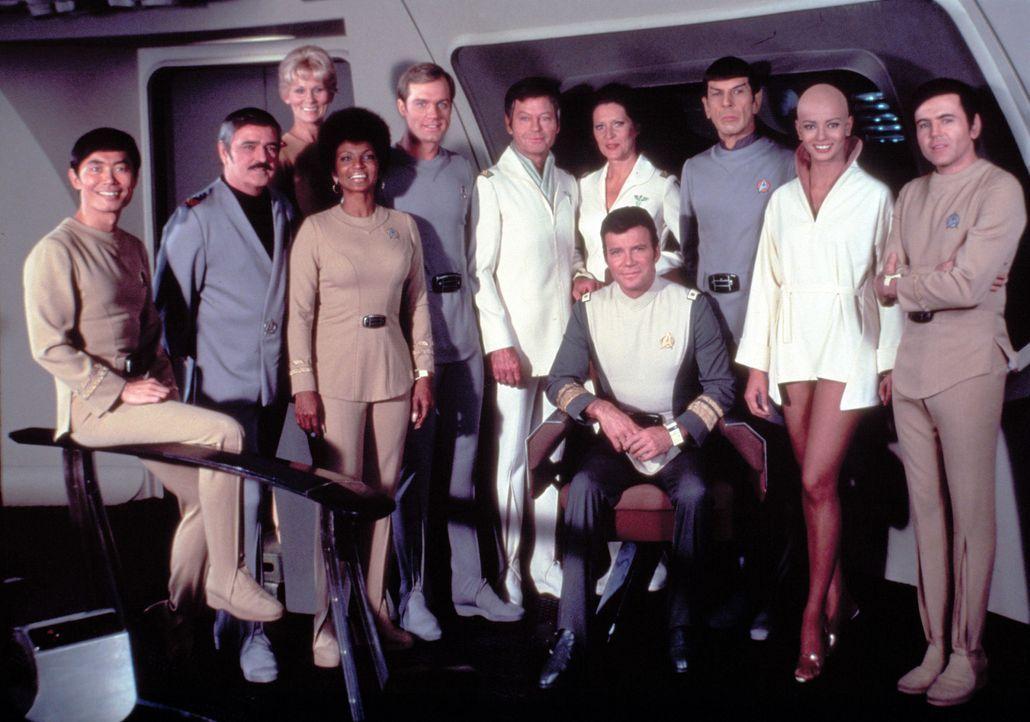 Die Crew ist froh, dass Captain James T. Kirk (William Shatner, vorne r.) wieder das Kommando über die Enterprise hat ? denn sie wissen, wie gefäh... - Bildquelle: Paramount Pictures