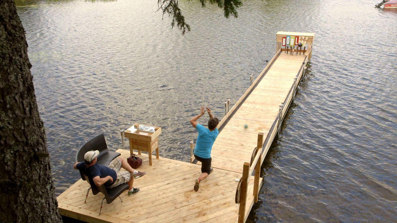 Weil Andrew (r.) und Kevin (l.) sich nicht entscheiden können, ob sie lieber eine Bowling-Bahn oder einen neuen Steg für ihr Haus bauen wollen, machen sie einfach beides. Die Kombination ergibt dann einen schwimmenden Broject-Bowling-Steg aus Holz ...
