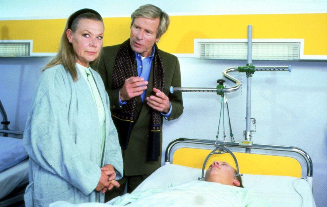 Am Bett des verletzten Schülers beschuldigt der Vater, Herr Söderbrunn (Horst Janson, M.), die Internatslehrerin Frau Wecker (Ingrid van Bergen, l... - Bildquelle: Noreen Flynn Sat.1