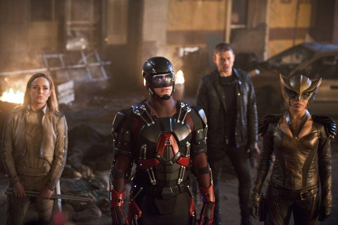 Nach einer Bruchlandung im Jahre 2046 müssen Sara alias White Canary (Caity Lotz, l.), Ray alias Atom (Brandon Routh, 2.v.l.), Snart alias Captain C... - Bildquelle: 2015 Warner Bros.