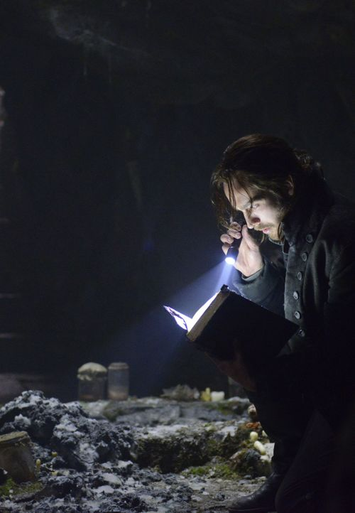 Findet sich plötzlich im Jahr 2013 wieder und muss dort den Kampf gegen das Böse aufnehmen: Ichabod Crane (Tom Mison) ... - Bildquelle: 2013 Twentieth Century Fox Film Corporation. All rights reserved.