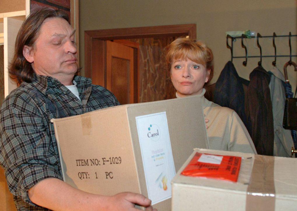 Helga (Ulrike Mai, r.) ist sichtlich überfordert, als Bernd (Volker Herold, l.) ihr die Kisten mit den Aloe Vera-Produkten bringt ... - Bildquelle: Monika Schürle Sat.1