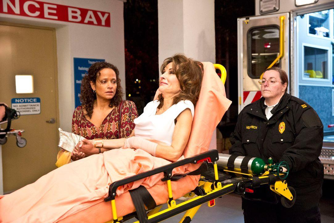 Was ist nur mit Genevieve (Susan Lucci, M.) und Zoila (Judy Reyes, l.) los? - Bildquelle: ABC Studios