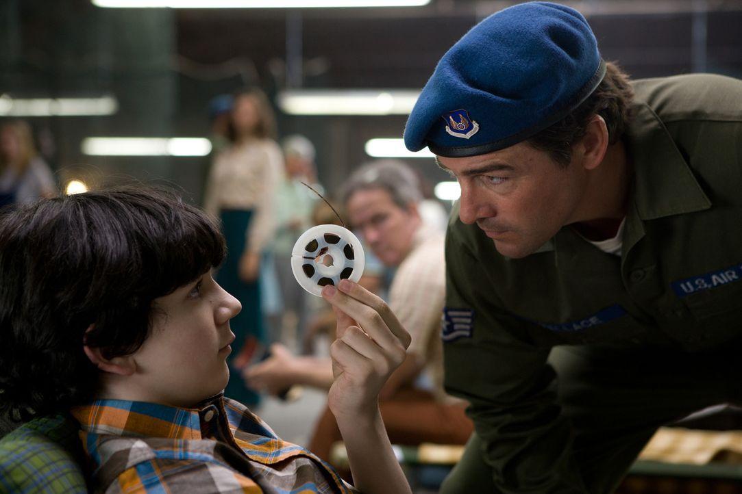 Beinahe zu spät präsentiert Preston (Zach Mills, l.) Joes Vater, Jackson Lamb (Kyle Chandler, r.), die Aufnahmen der Super-8-Kamera. Nun beginnt für... - Bildquelle: PARAMOUNT PICTURES. All Rights Reserved