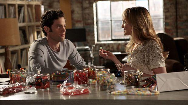 Charlie (Kaylee DeFer, r.) versucht weiterhin an Dan (Penn Badgley, l.) ranzu...
