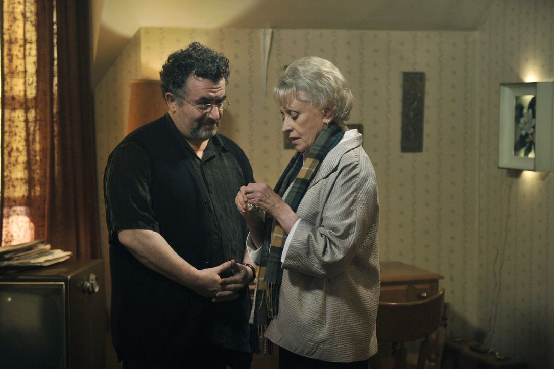 Kann die ehemalige Warehouse-Agentin Rebecca (Roberta Maxwell, r.) Artie (Saul Rubinek, l.) und seinem Team weiterhelfen? - Bildquelle: Philippe Bosse SCI FI Channel