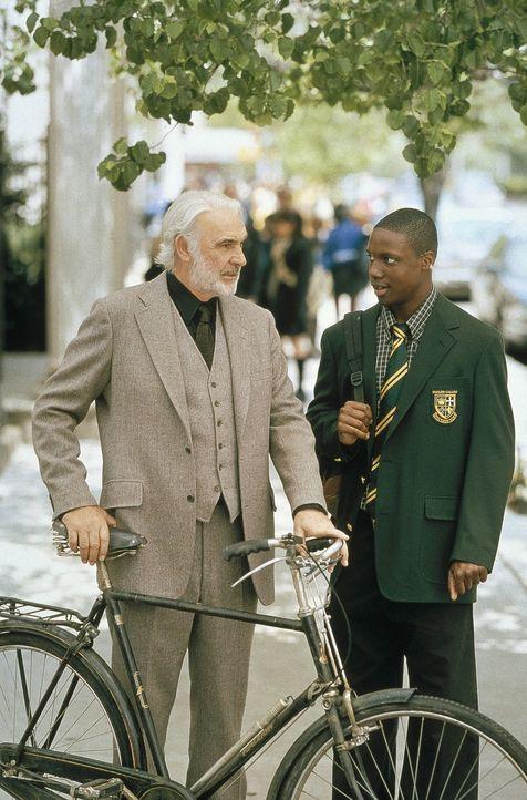Nach und nach gelingt es Jamal (Rob Brown, r.), Forrester (Sean Connery, l.) aus seiner selbstgewählten Isolation herauszuholen und ihm neue Lebens... - Bildquelle: Columbia Pictures