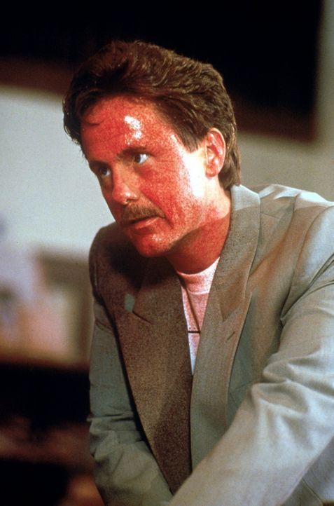 Richie (Harry Anderson) wird von Pennywise, einem Monster in Clownsgestalt, terrorisiert. - Bildquelle: Warner Bros.