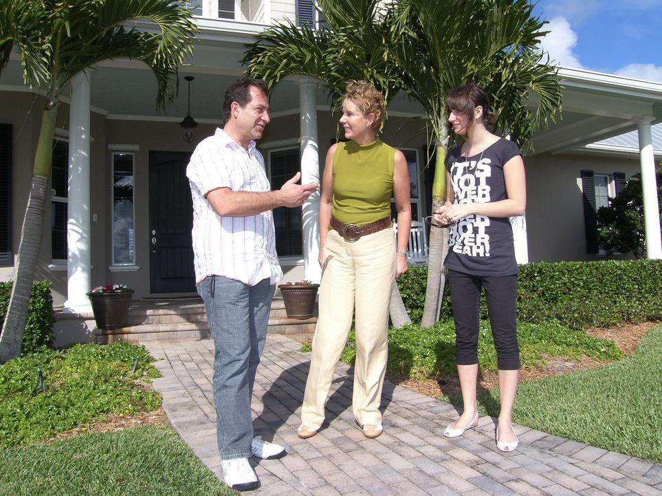 Theo (l.) und Tina Hameder (r.) suchen mit Hilfe einer Maklerin (M.) ein großes Ferienhaus in Florida, nachdem sie vor kurzem ihr Feriendomizil auf... - Bildquelle: kabel eins
