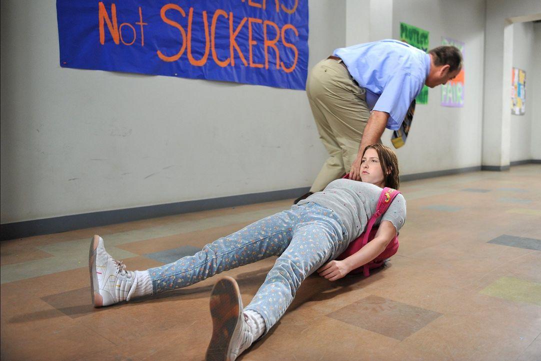 Axl möchte in der Highschool nicht mit seiner Schwester Sue (Eden Sher) gesehen werden, weil sie so furchtbar tollpatschig ist. Deshalb hält er sie... - Bildquelle: Warner Brothers