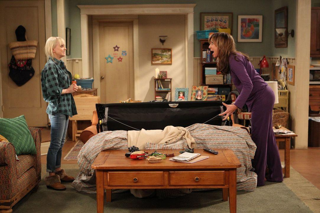 Bonnie (Allison Janney, r.) ist total enttäuscht von ihrer Tochter Christy (Anna Faris, l.): Die unbequeme Couch, auf der sie seit Wochen schläft, l... - Bildquelle: Warner Brothers Entertainment Inc.