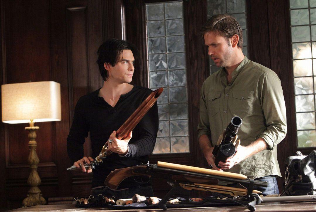 Alaric (Matthew Davis, r.) macht Damon (Ian Somerhalder, l.) mit seiner Waffensammlung, welche er für seine persönliche Vampirjagd verwendete, vertr... - Bildquelle: Warner Brothers
