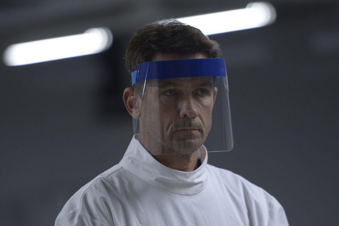 Das Netz aus Lügen und Intrigen macht es Alan (Billy Campbell) besonders schwer, das Virus zu bekämpfen ... - Bildquelle: 2014 Sony Pictures Television Inc. All Rights Reserved.