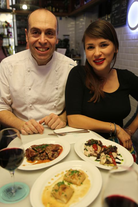 Bei Victor (l.) im Betlem Restaurant lernt Rachel (r.), was moderne Tapas sind ... - Bildquelle: Richard Hall BBC 2014