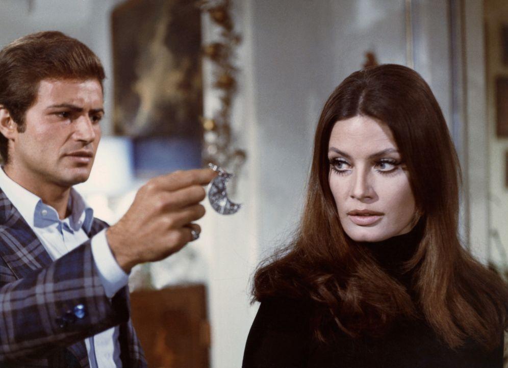 Mario (Antonio Sabato, l.) zeigt Giuseppina-Maria (Marisa Mell, r.) den silbernen Halbmond, der am Tatort zurückgeblieben ist ... - Bildquelle: Constantin Film