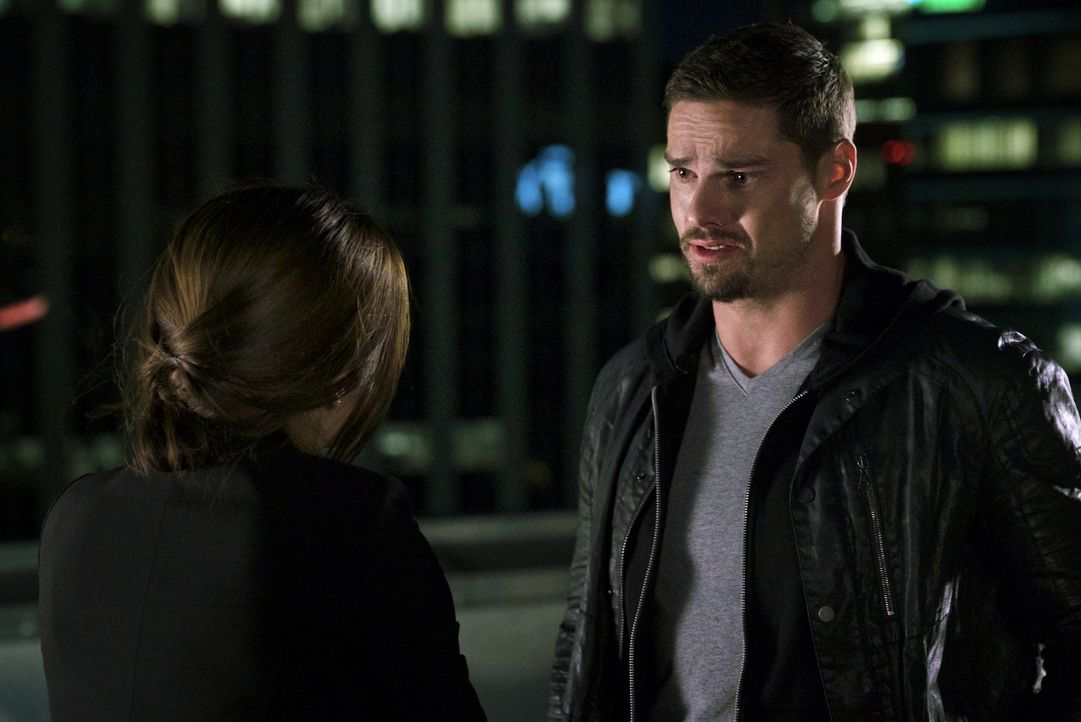 Während Vincent (Jay Ryan, r.) wegen des angeblichen Mordes an Agent Hill vom DHS gejagt wird, will sich Cat (Kristin Kreuk, l.) Zugang zu Hills Akt... - Bildquelle: Michael Gibson 2016 The CW Network. All Rights Reserved.