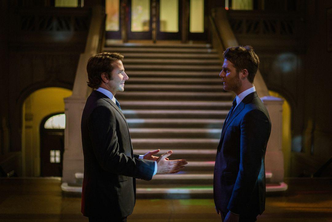 Brians (Jake McDorman, r.) Doppelleben kommt ans Licht, als Morra (Bradley Cooper, l.) mit ihm Kontakt aufnimmt. Doch welche Folgen wird das für ihn... - Bildquelle: Michael Parmelee 2016 CBS Broadcasting, Inc. All Rights Reserved