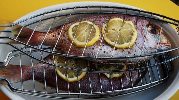 Fisch grillen? No problem. Eine solche Grillzange verhindert, dass dieser auf...