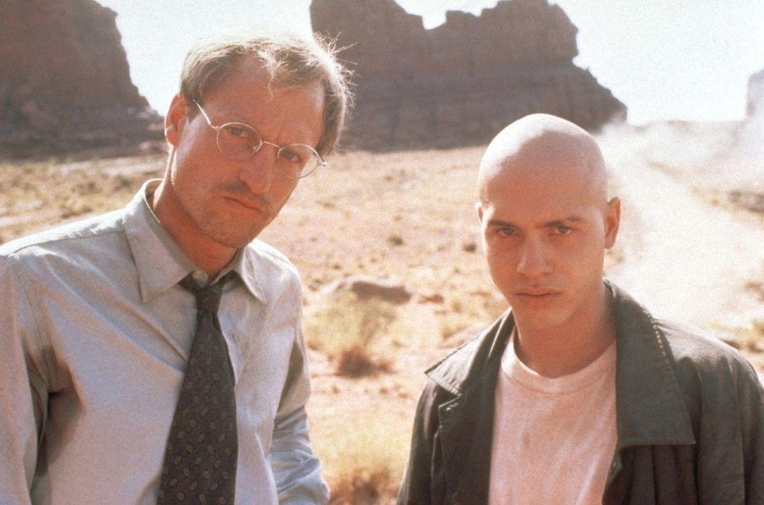 Dr. Michael Reynolds (Woody Harrelson, l.) ist ein karrierefixierter Arzt. Doch als ihn das Navajo-Halbblut Brandon (Jon Seda, r.) entführt, ändert... - Bildquelle: Warner Bros.
