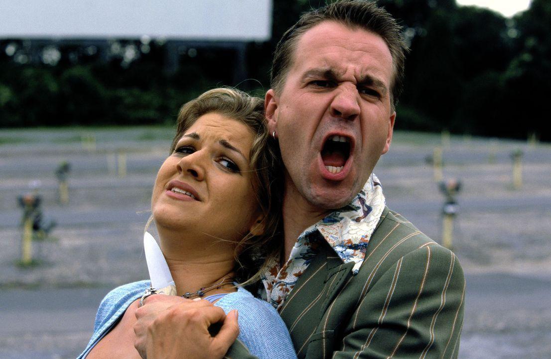 Zack (Michael Ehnert, r.) bedroht Nicole (Karin Böhme, l.) mit einem Messer. - Bildquelle: Guido Engels Sat.1