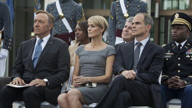 Francis Underwood (Kevin Spacey, l.) reist mit seiner Frau Claire (Robin Wrig...
