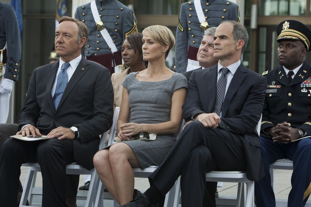 Francis Underwood (Kevin Spacey, l.) reist mit seiner Frau Claire (Robin Wright, 2.v.l.) und seinem Berater Doug Stamper (Michael Kelly, 2.v.r.) in... - Bildquelle: 2013 MRC II Distribution Company L.P. All Rights Reserved.