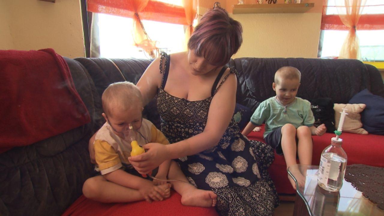 Janine (M.) und ihre Kinder wollen endlich raus aus ihrer Schimmelwohnung. Die Kinder leiden unter Asthma wegen des Schimmels. - Bildquelle: SAT.1