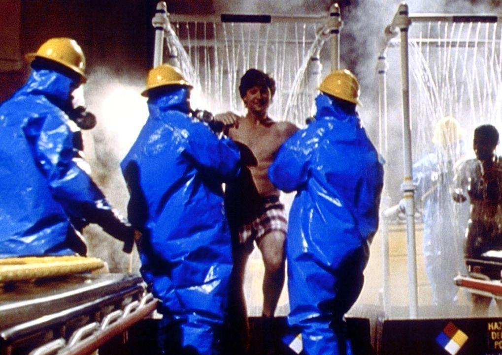 Carter (Noah Wyle, M.) hat einen kontaminierten Patienten ärztlich versorgt und muss nun vorschriftsmäßig gereinigt werden. - Bildquelle: TM+  2000 WARNER BROS.