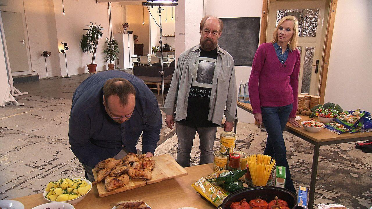 Kann Psychologe Michael Thiel (M.) der magersüchtigen Martina (r.) und dem fettleibigen Heiko (l.) einen normalen Umgang mit Essen beibringen? - Bildquelle: kabel eins