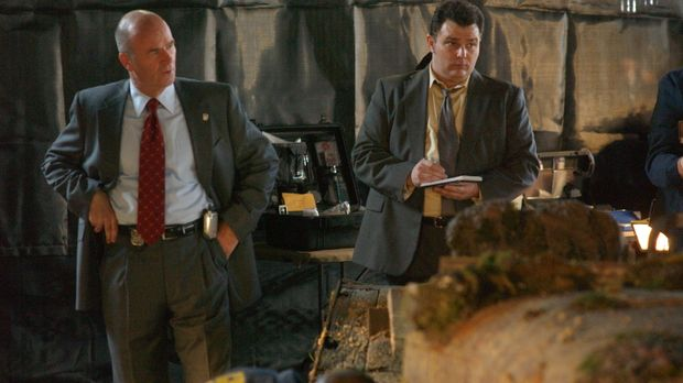 Lt. John Stillman (John Finn, l.) und Det. Nick Vera (Jeremy Ratchford, r.) u...