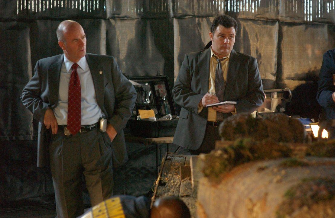 Lt. John Stillman (John Finn, l.) und Det. Nick Vera (Jeremy Ratchford, r.) untersuchen das Autowrack, in dem ein Skelett gefunden wurde ... - Bildquelle: Warner Bros. Television
