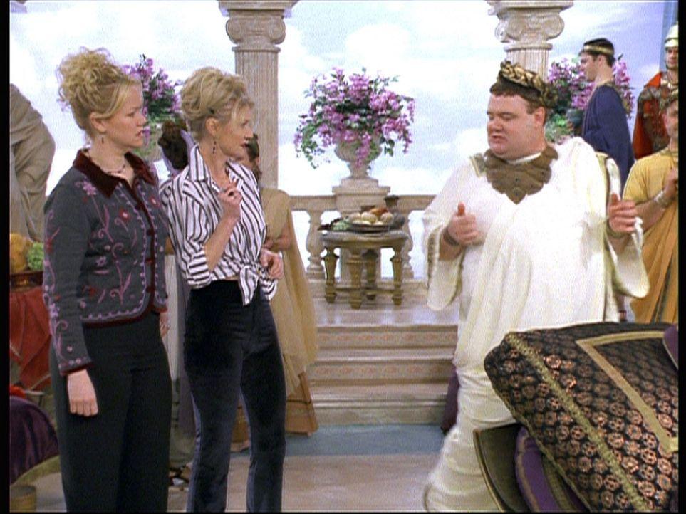 (v.l.n.r.) Hilda (Caroline Rhea) und Zelda (Beth Broderick) landen auf der Suche nach Salems schönster Party im alten Rom. Dort werden sie von Cali... - Bildquelle: Paramount Pictures