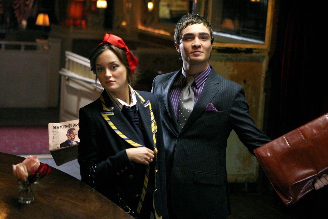 Als Blair (Leighton Meester, l.) Chuck (Ed Westwick, r.) erzählt, dass sie nicht mehr mit Nate zusammen ist, reagiert dieser gelassen - und schlägt... - Bildquelle: Warner Brothers