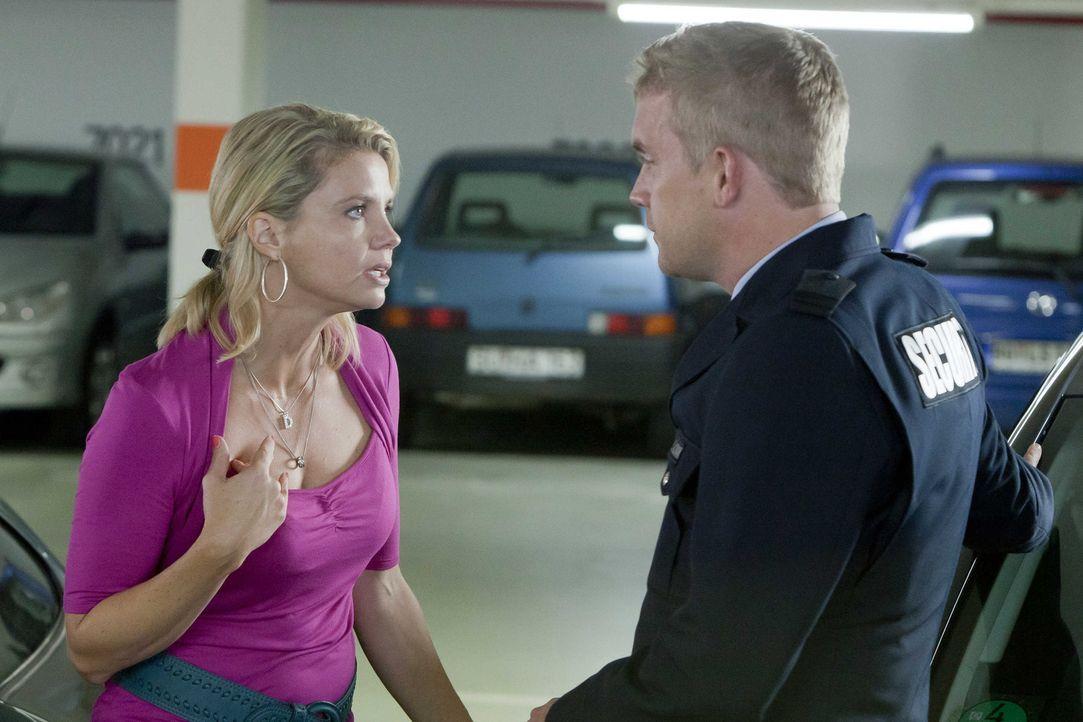 Bei ihrer Racheaktion an Oliver, wird Danni (Annette Frier, l.) von Sven (Sebastian Bezzel, r.), dem neuen Security-Mann des Einkaufszentrums beobac... - Bildquelle: SAT.1