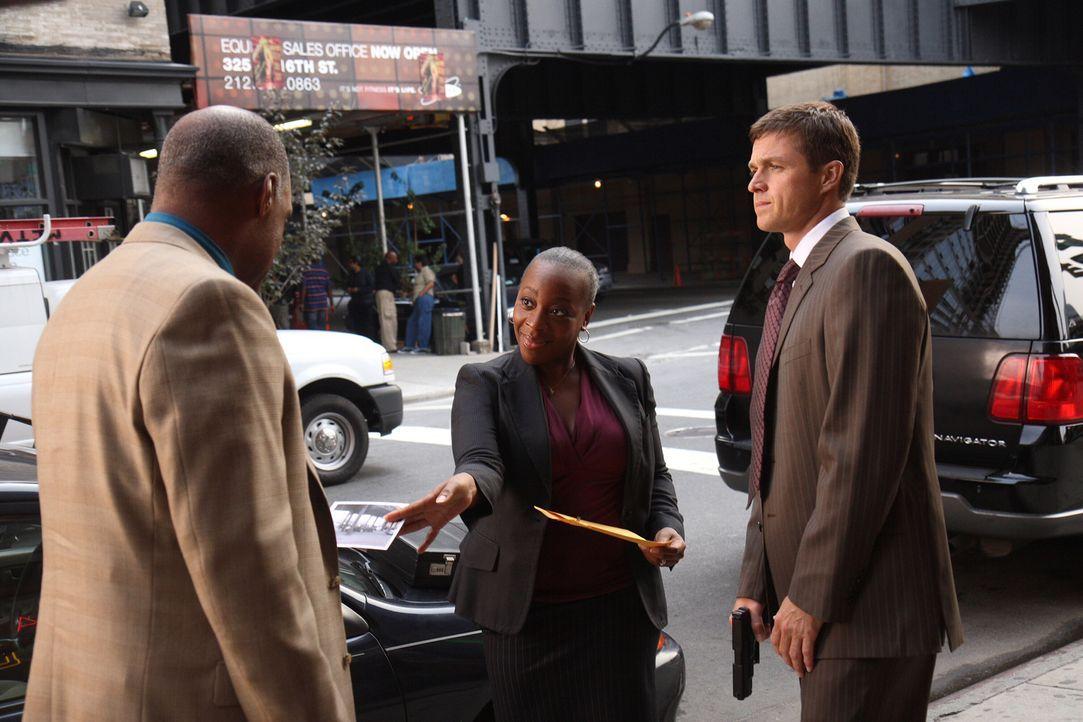 Vivian (Marianne Jean-Baptiste, M.) und Martin (Eric Close, r.) stellen Arthur Riggs (Michael Dorn, l.), der gerade mit einem Geldkoffer unterwegs i... - Bildquelle: Warner Bros. Entertainment Inc.