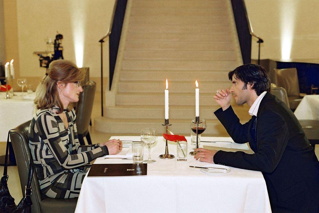 Gudrun (Nina Petri, l.) und Daniel (Pasquale Aleardi, r.) haben ein Rendezvous in einem italienischen Restaurant. Gudrun erliegt sofort seinem unwid... - Bildquelle: Gordon Mühle Sat.1