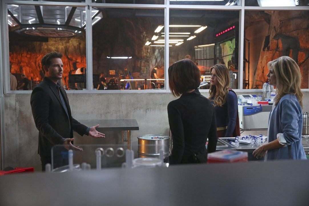 Als Kara alias Supergirl (Melissa Benoist, 2.v.r.), Alex (Chyler Leigh, M.) und Eliza (Helen Slater, r.) glauben, das Schlimmste überstanden zu habe... - Bildquelle: 2015 Warner Bros. Entertainment, Inc.