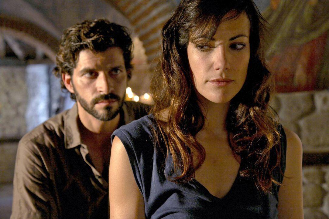 Eigentlich hatte Claudia (Bettina Zimmermann, r.) gehofft, ihren Ex-Mann Gabriel (Pasquale Aleardi, l.) nie wiedersehen zu müssen. - Bildquelle: Sat.1