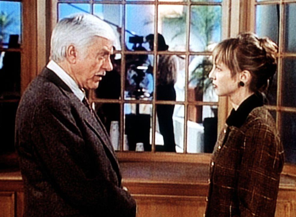 Dr. Sloan (Dick Van Dyke, l.) verdächtigt Bobbi Burton (Corinne Bohrer, r.) des Mordes an Nancy Barlow. - Bildquelle: Viacom